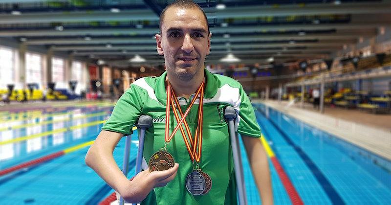 Martínez Tajuelo con las tres medallas ganadas en los Campeonato de España.