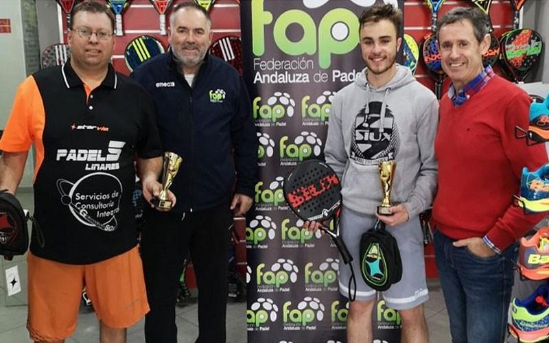 Ganadores del torneo de padel con sus trofeos
