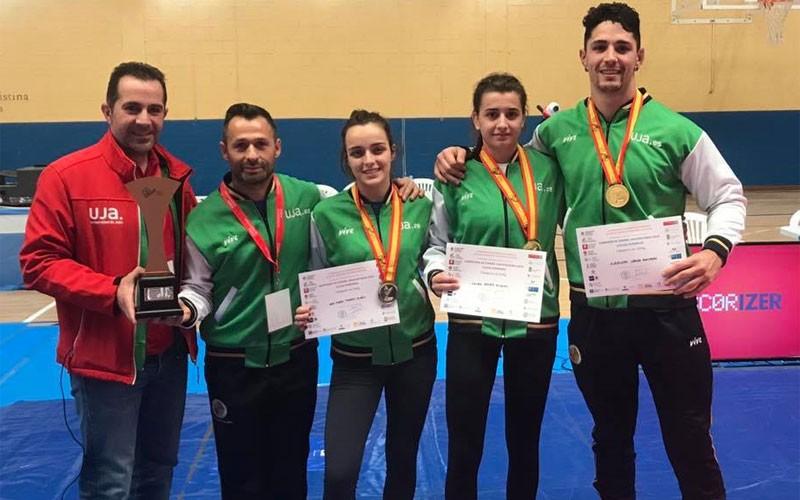 Los luchadores de la UJA recibiendo sus medallas