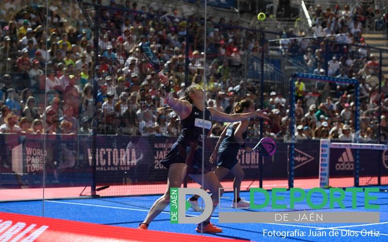 Alejandra Salazar devuelve una bola en el Jaén Open 2019