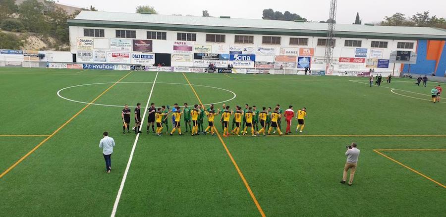 Saludo inicial entre los dos equipos.