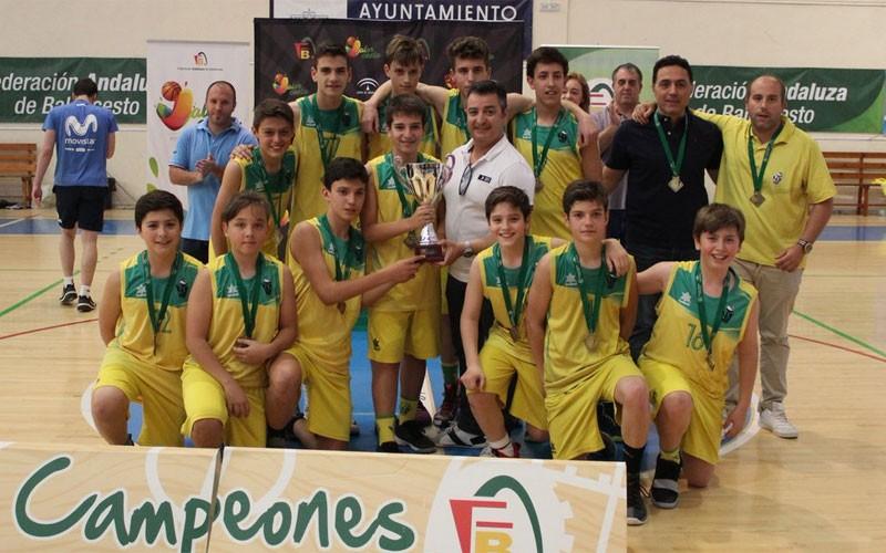 Jugadores del CAB Linares reciben el trofeo de campeones