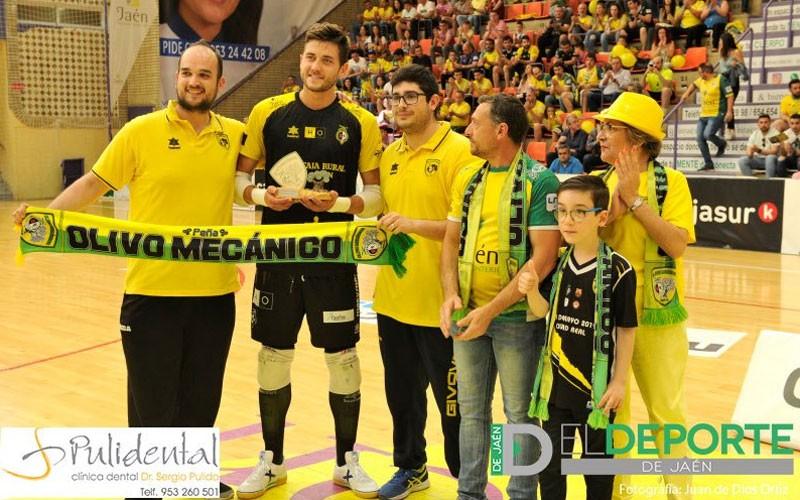 Carlos Espíndola, portero del Jaén FS, recibiendo un premio de Olivo Mecánico