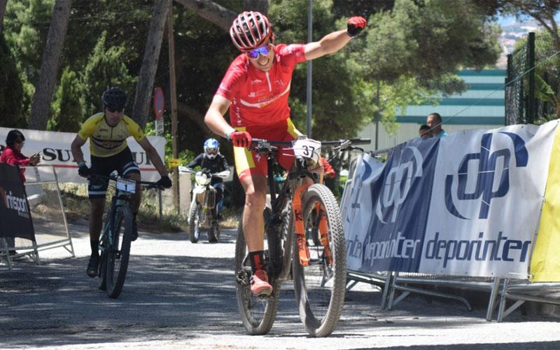 Ciclistas cruzando la meta de la penúltima etapa de la Vuelta Andalucía MTB 2019