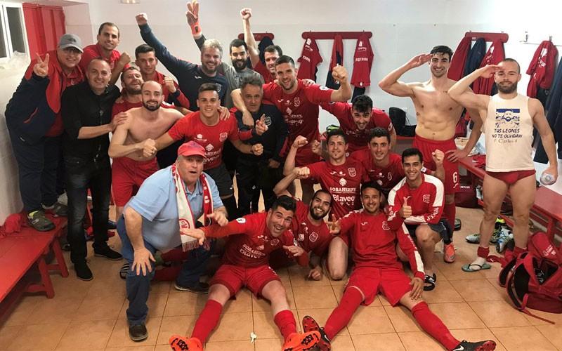 Jugadores del CD Torreperogil celebrando la victoria