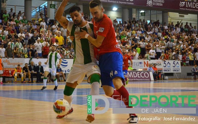 Jugadores del Mengíbar y Córdoba pugnan por un balón