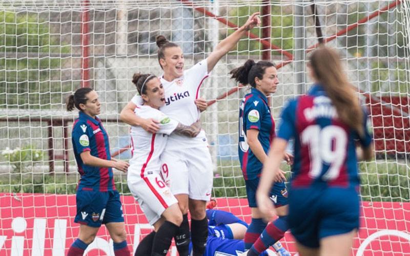 Raquel Pinel celebra un gol con el Sevilla FC