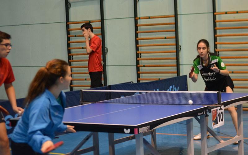 Jugadoras jugando al tenis de mesa