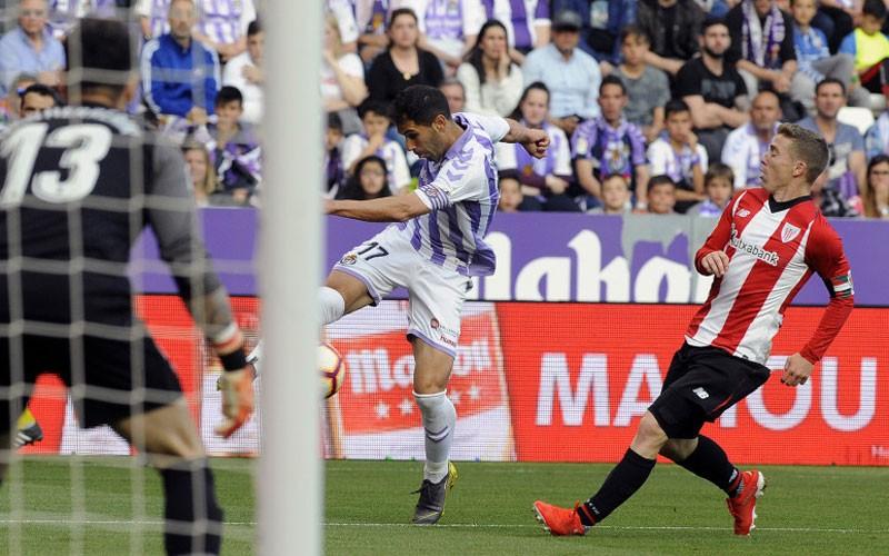 Javi Moyano golpea un balón en un partido con el Real Valladolid