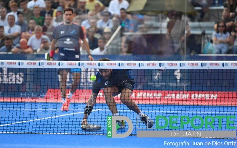 Sanyo Gutiérrez devuelve una bola en el Jaén Open 2019
