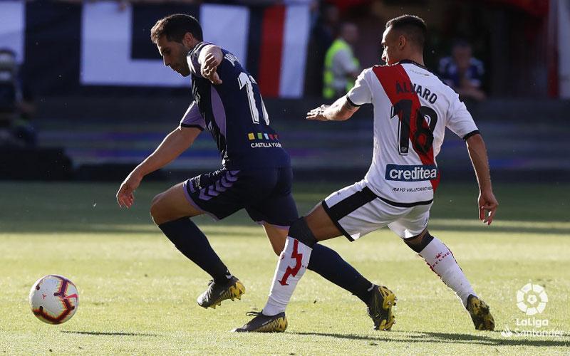 Javi Moyano conduce la pelota en el partido frente al Rayo Vallecano