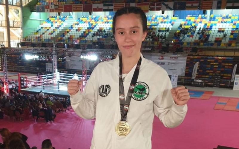 Patricia Herrera posa con su medalla de campeona de España de kickboxing