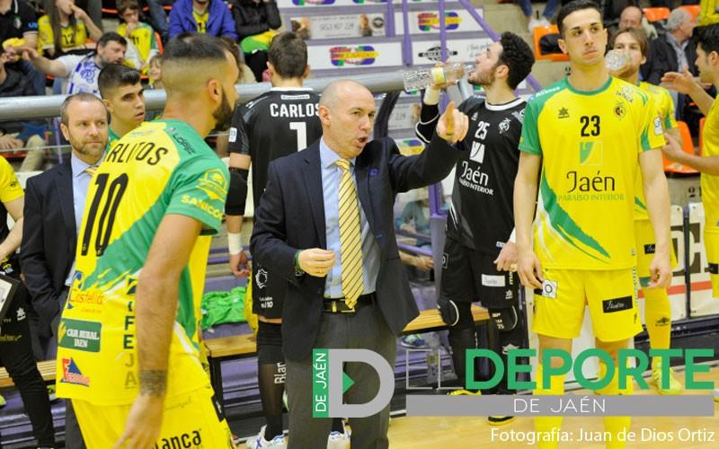 Dani Rodríguez da instrucciones a jugadores del Jaén FS