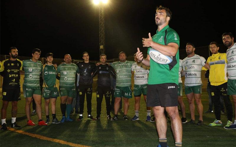 Rafa Teruel dando indicaciones a los jugadores del Jaén Rugby