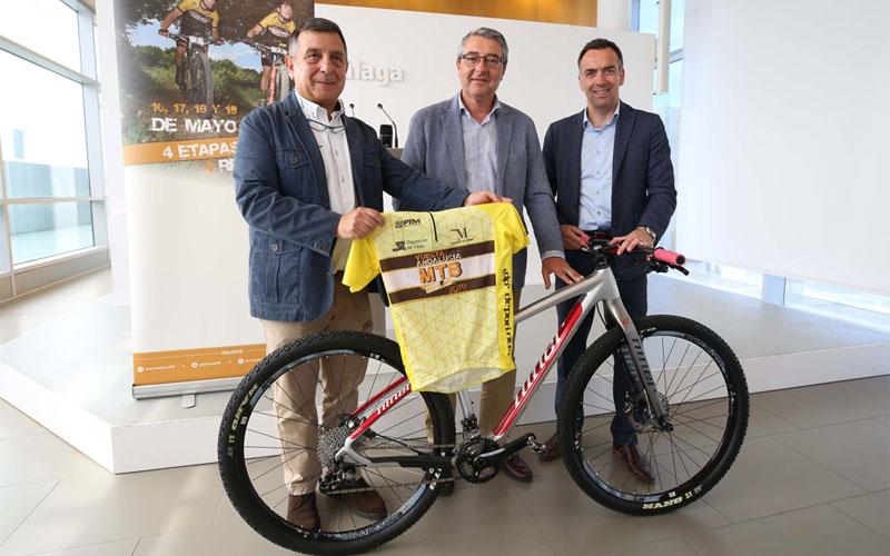 Organizadores de la Vuelta a Andalucía posan junto a una bici