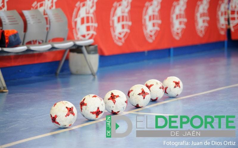 Balones de fútbol sala en una pista