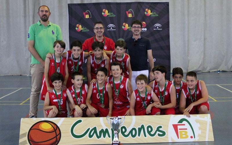 Jugadores del Jaén CB recogen el trofeo de campeones