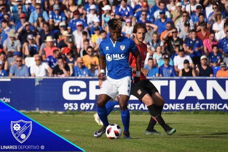 Anaba controla el balón en una jugada del partido contra La Nucía