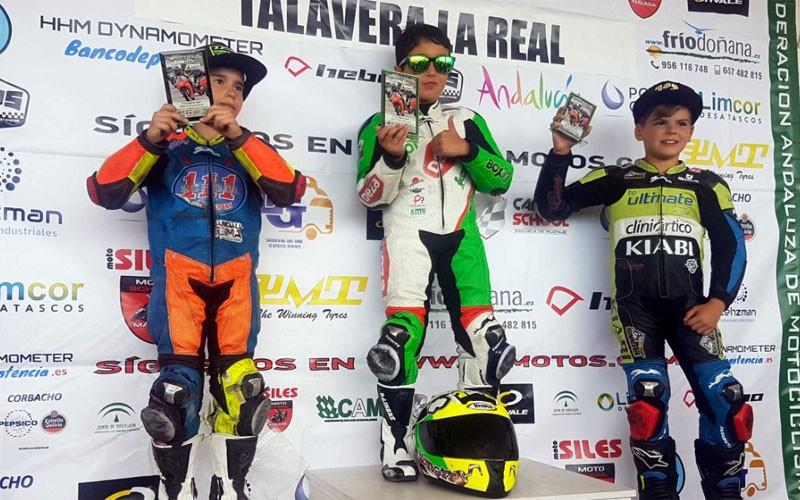 Nano Calahorro en el podio tras su victoria