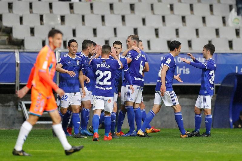Jugadores del Real Oviedo celebran un gol ante el Rayo Majadahonda