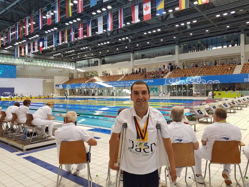 Miguel Ángel Martínez Tajuelo con las tres medallas en el Centro Acuático Europa Sportpark de Berlín.