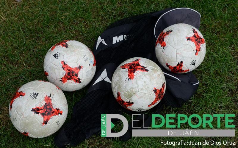Balones en un campo de fútbol
