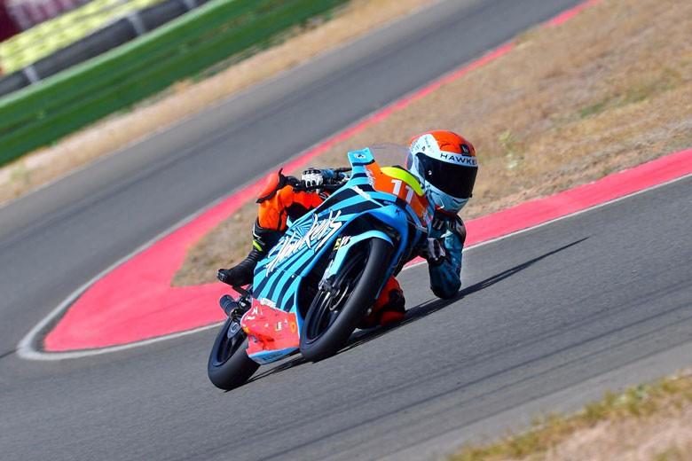 Jesús Torres pilota su moto en la Hawkers Cup de Albacete