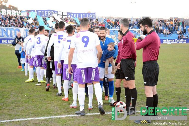 Jugadores del Real Jaén y del Linares Deportivo en el estadio de Linarejos.