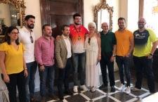 El atleta jiennense, recibido por el alcalde, Julio Millán. Foto: Ayto. Jaén.