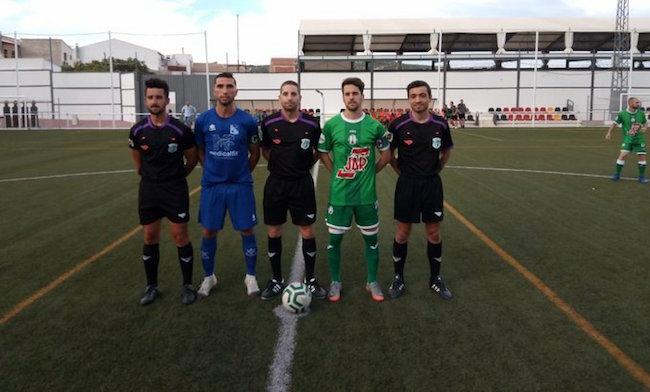 Trío arbitral junto a los capitanes del Begíjar CF y Atlético Mancha Real.
