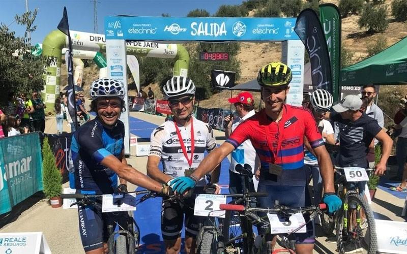 Ciclistas antes de la salida del Dessafío Sierra Sur Jaén.