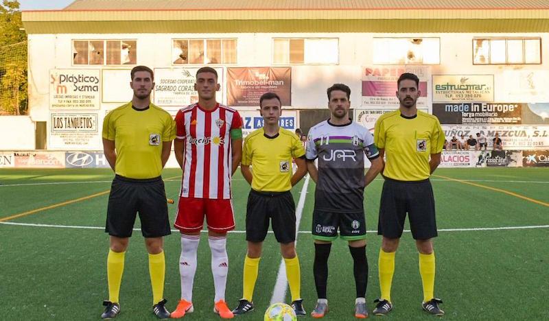 El trío arbitral junto a los capitanes del Mancha Real y Almería B