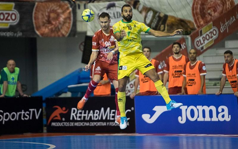 Carlitos salto por un balón con Paradynski