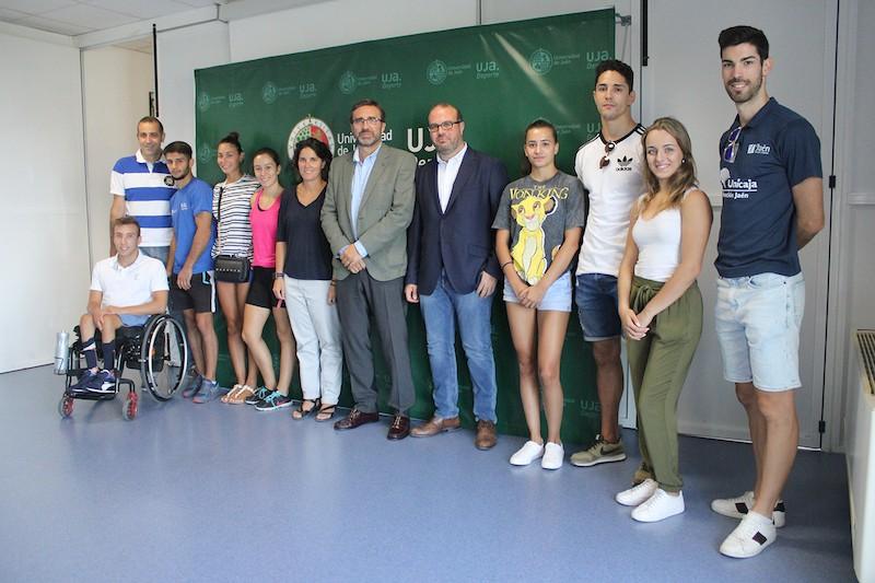 El Rector de la Universidad de Jaén, Juan Gómez Ortega, junto a los deportistas de alto rendimiento.