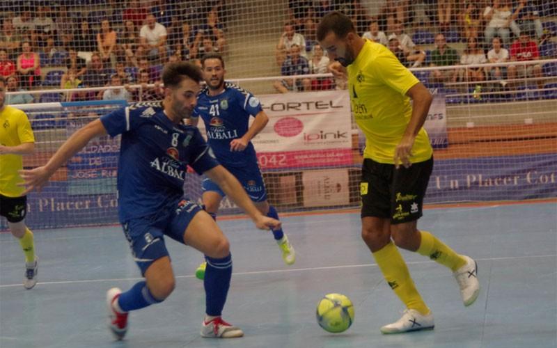 Un jugador del Jaén FS conduce el balón ante un jugador del Valdepeñas