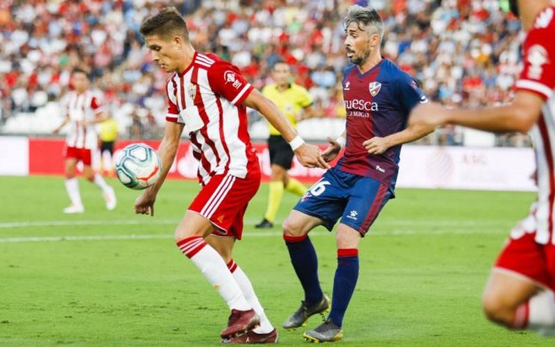 Corpas controla un balón ante un jugador del Huesca