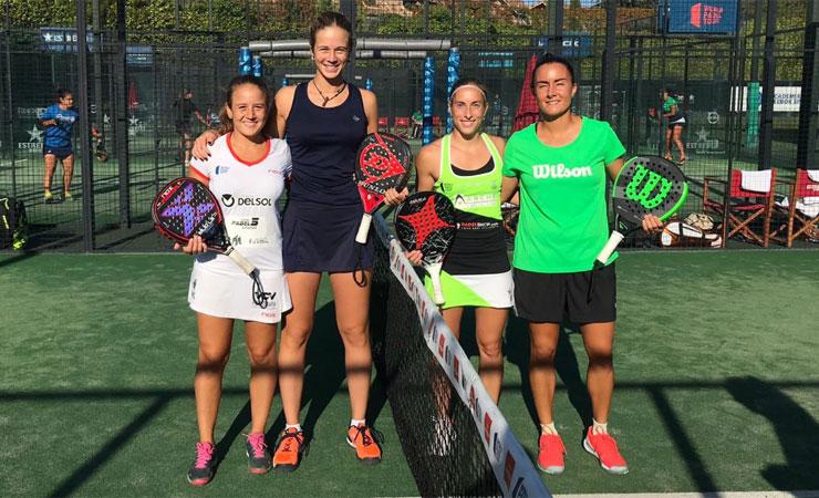 Marta Porras junto a su compañera y sus rivales antes del partido