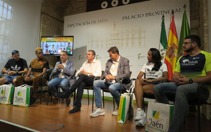 Autoridades y atletas durante la recepción en la Diputacion de Jaén