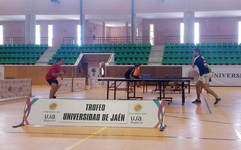 Jugadores disputando un partido de tenis de mesa