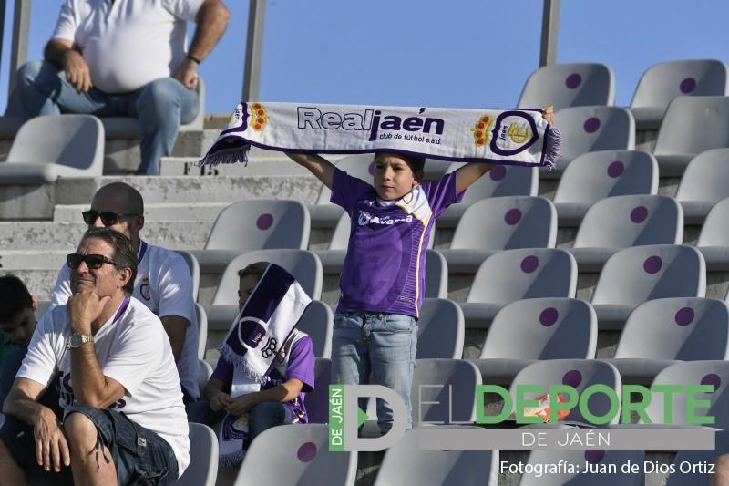 Un aficionado del Real Jaén portando una bufanda