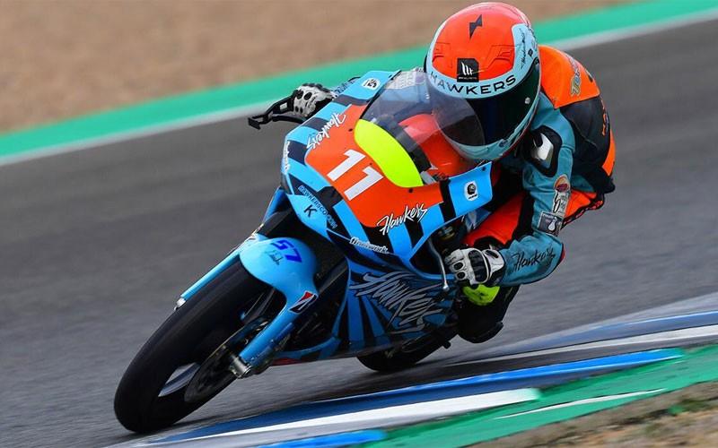 Jesús Torres pilotando su moto en la Copa Hawkers