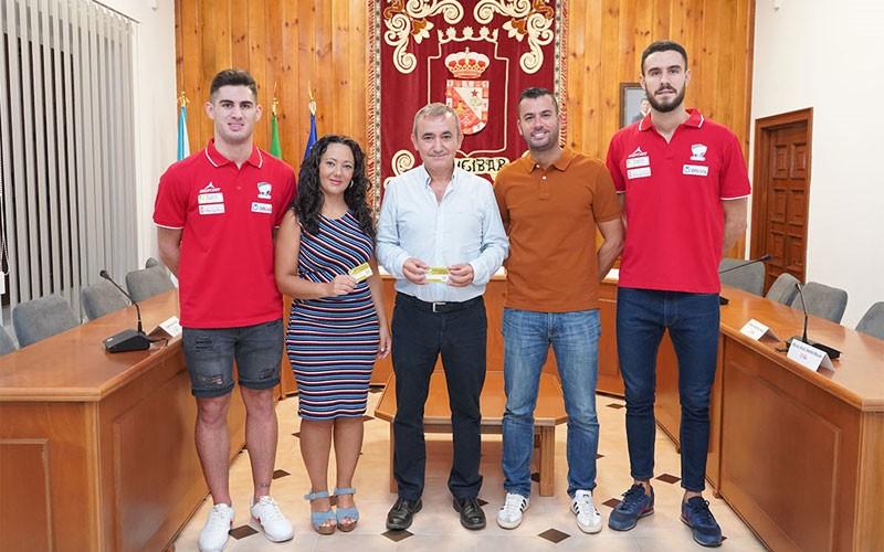 El alcalde de Mengíba junto a jugadores del Mengíbar FS