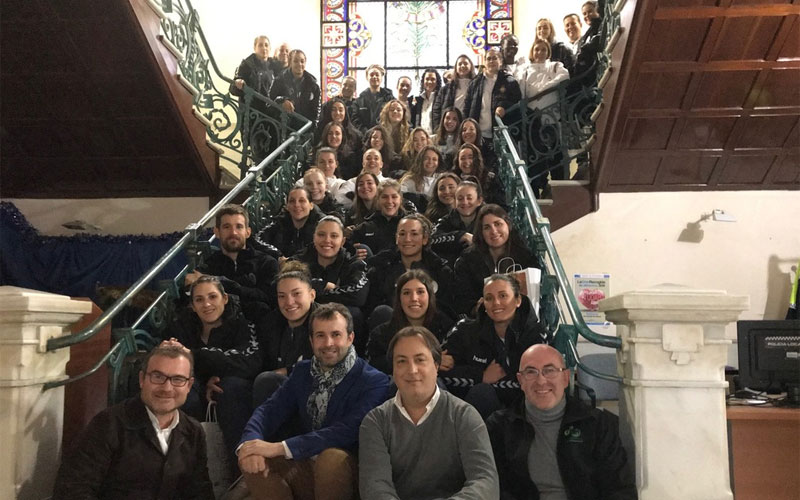 Jugadoras de ESpaña y Argentina de balonmano en el Ayuntamiento de Jaén
