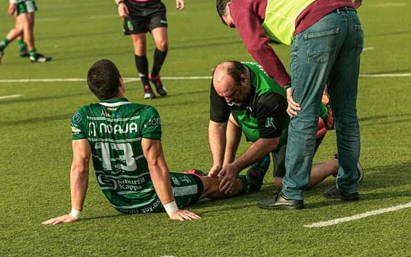 Un jugador del Jaén Rugby lesionado recibe atención médica