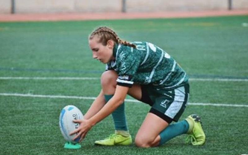Lea Ducher coloca el balón en un partido con Jaén Rugby