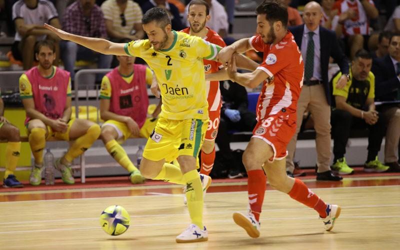 Mauricio, del Jaén FS, cubre un balón ante un jugador de Jimbee Cartagena