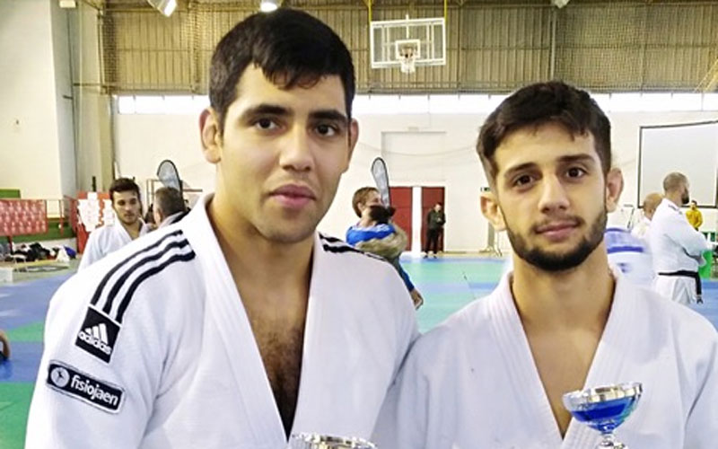 Judocas jiennenses con sus trofeos