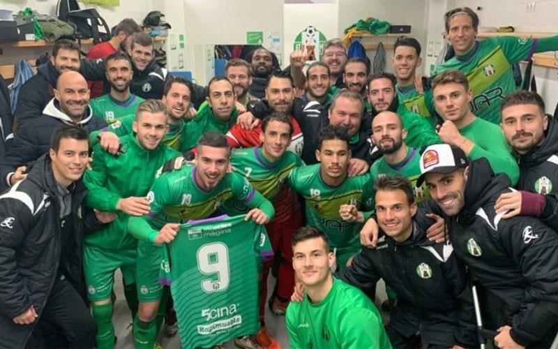 Jugadores del Mancha Real celebran el triunfo