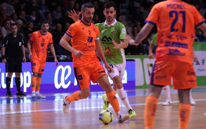 Mauricio, jugador del Jaén FS, conduce un balón en el partido ante Palma Futsal