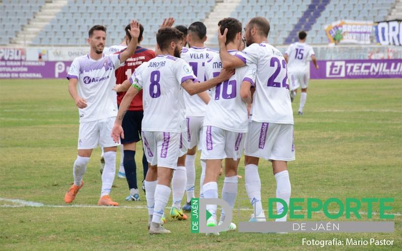 Jugadores del real jaen celebran un gol